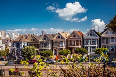 white and brown 2-storey houses with vehicles in front during daytime san francisco teams background