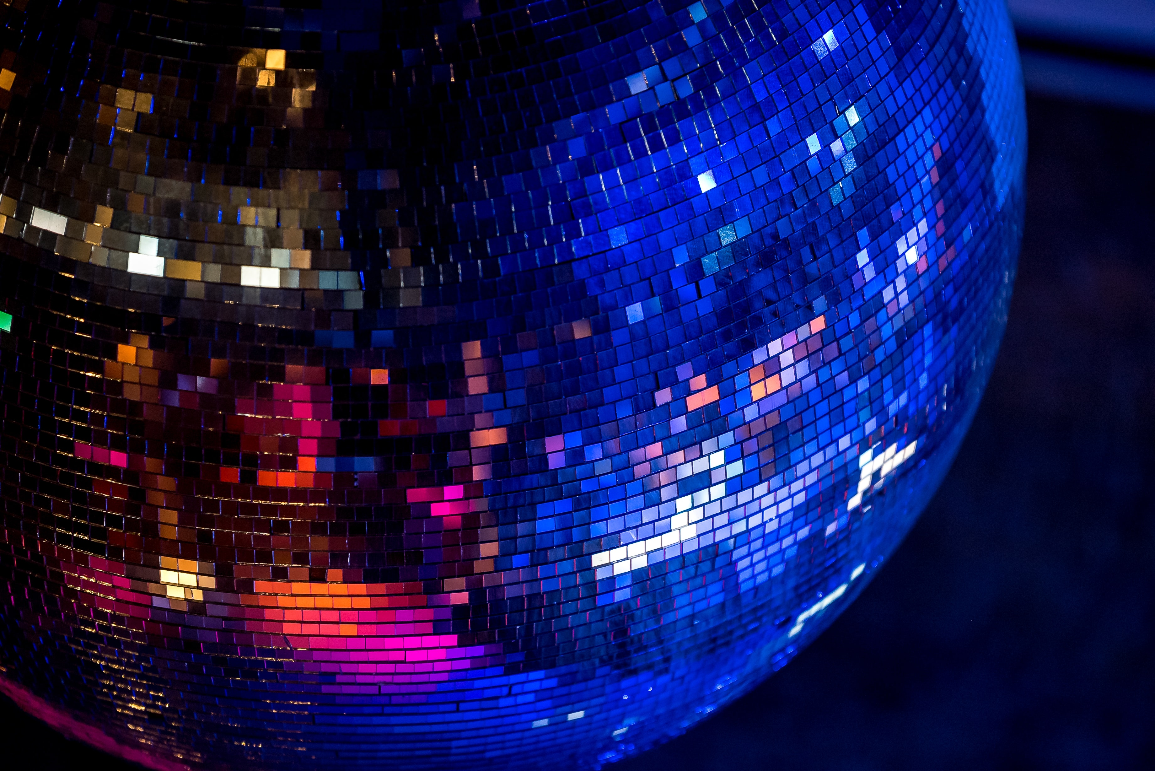 closeup photography of mirror ball