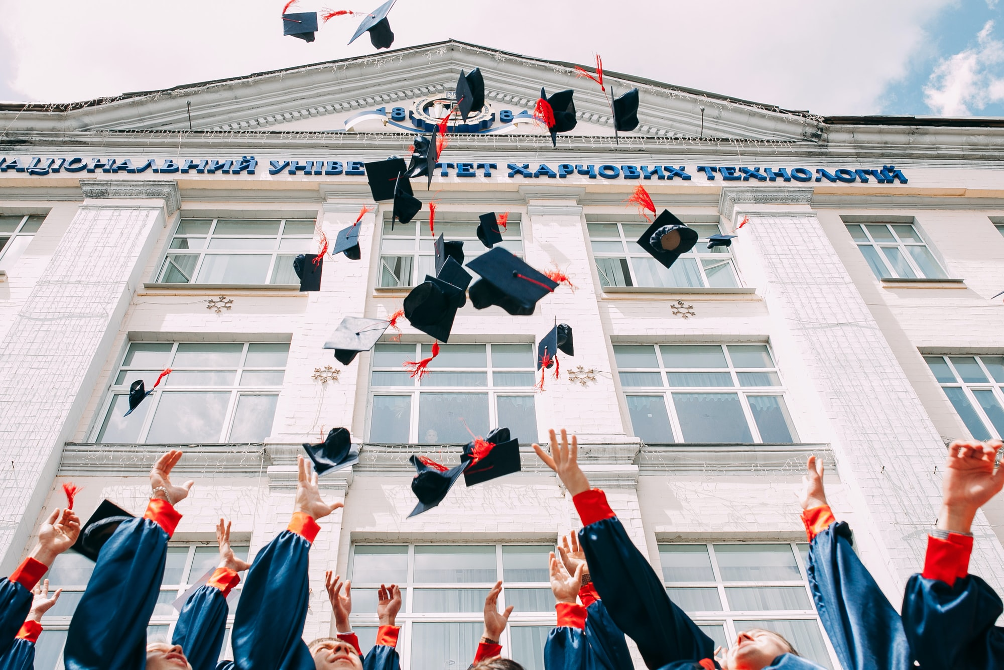 Bomboniera o i sacchetti rossi per laurea: cosa scegliere per la festa?