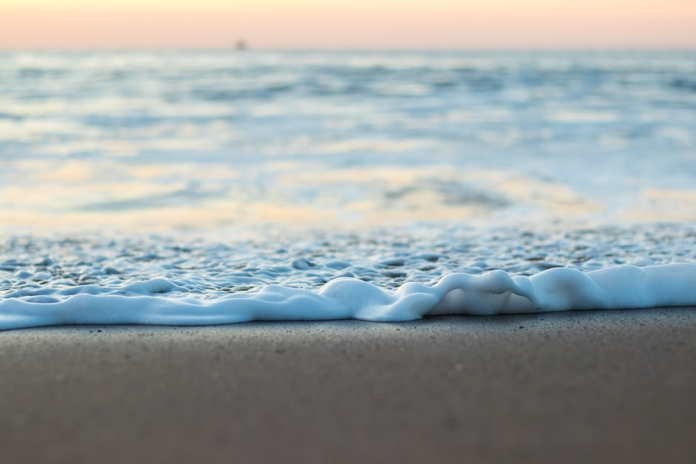 water waves during daytime