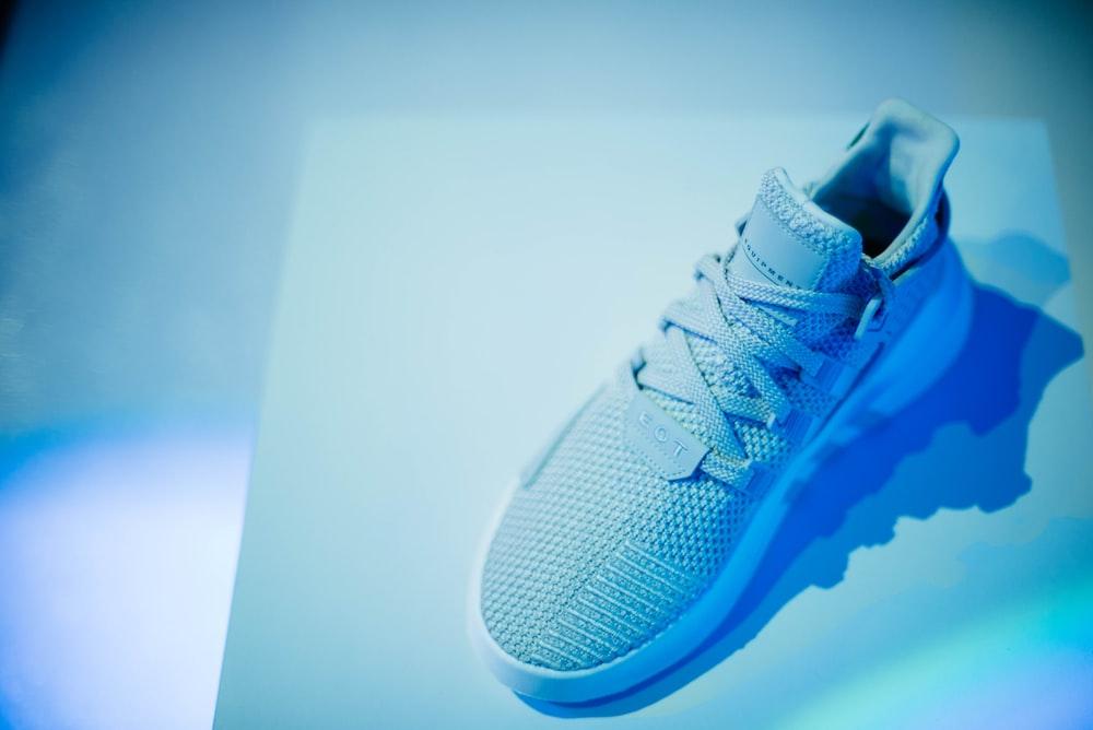 unpaired gray low-top sneaker