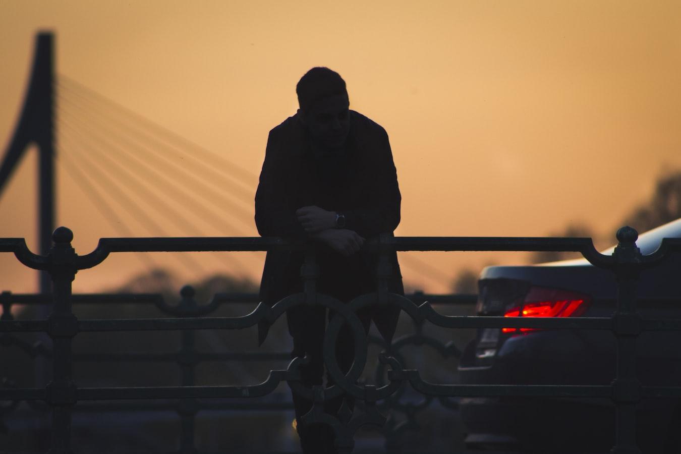 「世界毀滅前,用力愛我」之三:貧窮夫妻百事哀 - 王浩威 精神科醫師 失戀花園