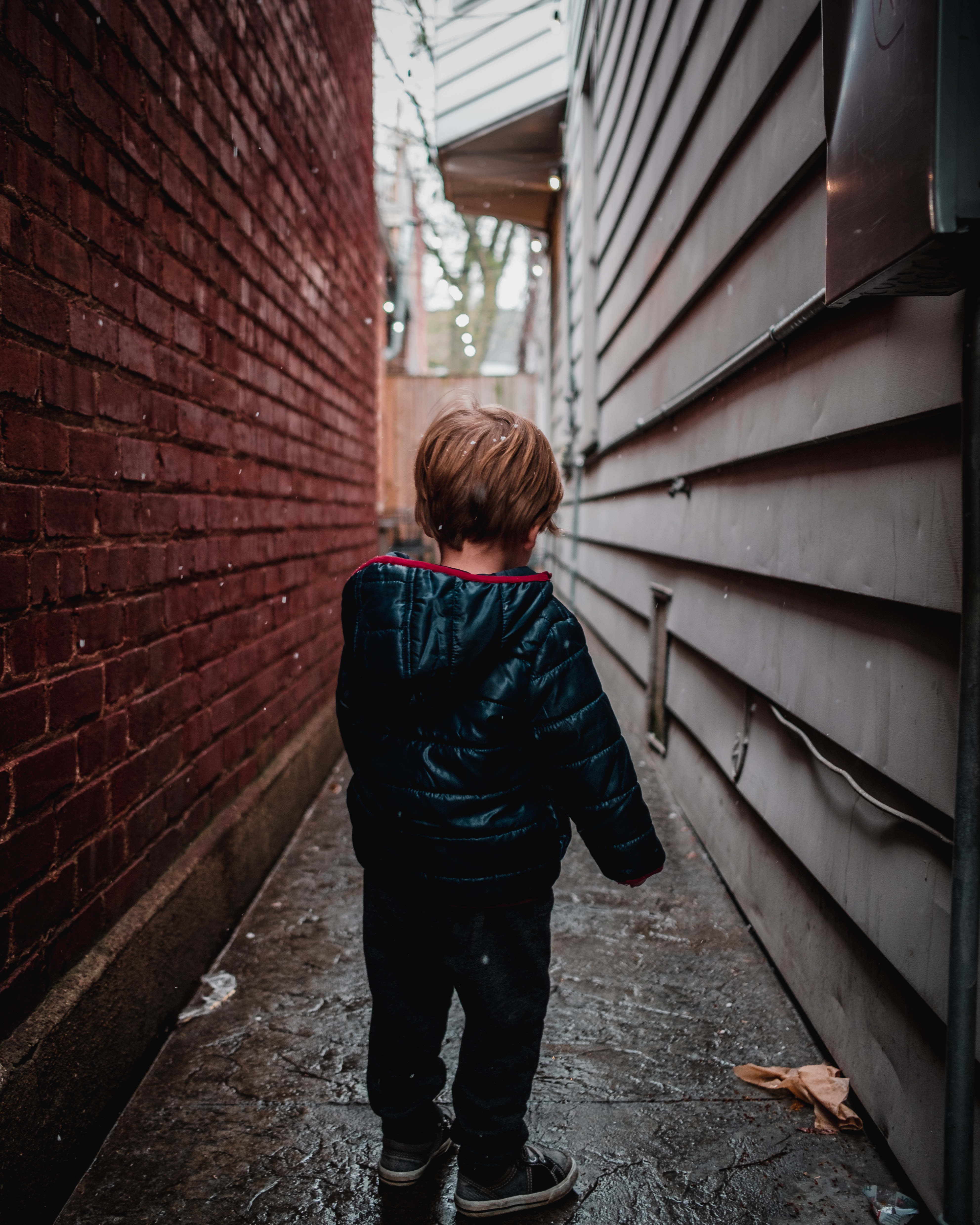 shallow focus photography of toddler in alley