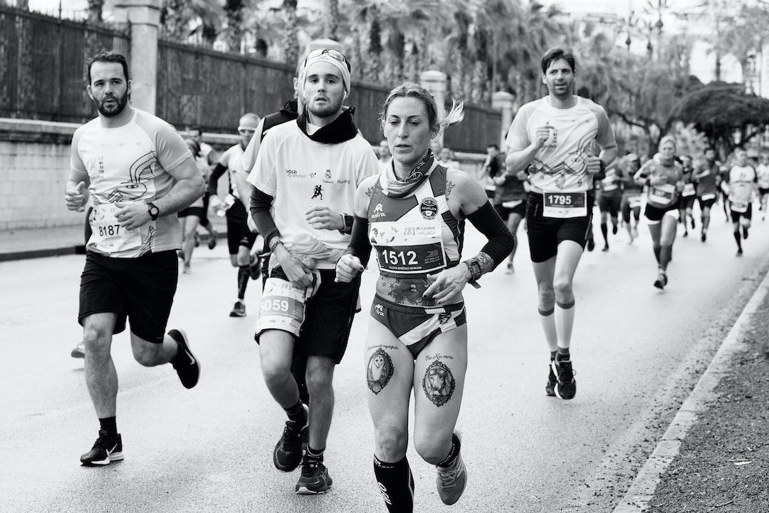 Atletas corriendo la Media Maratón de Málaga a su paso por el Paseo de los Curas.  Hubo una masiva participación de este magnifico deporte. Hubiera preferido estar corriendo que haciendo fotos.