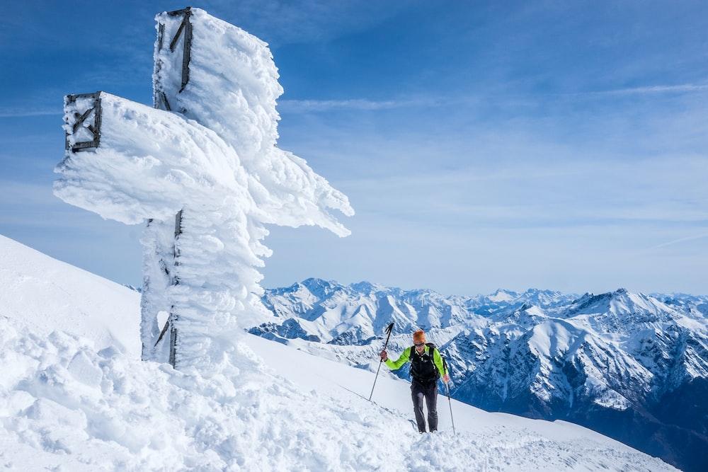 man snow skiing during daytime