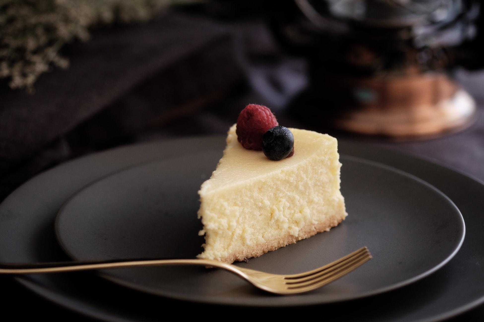 Ein Stück Käsekuchen sehr schmackhaft auf dekorativem Teller