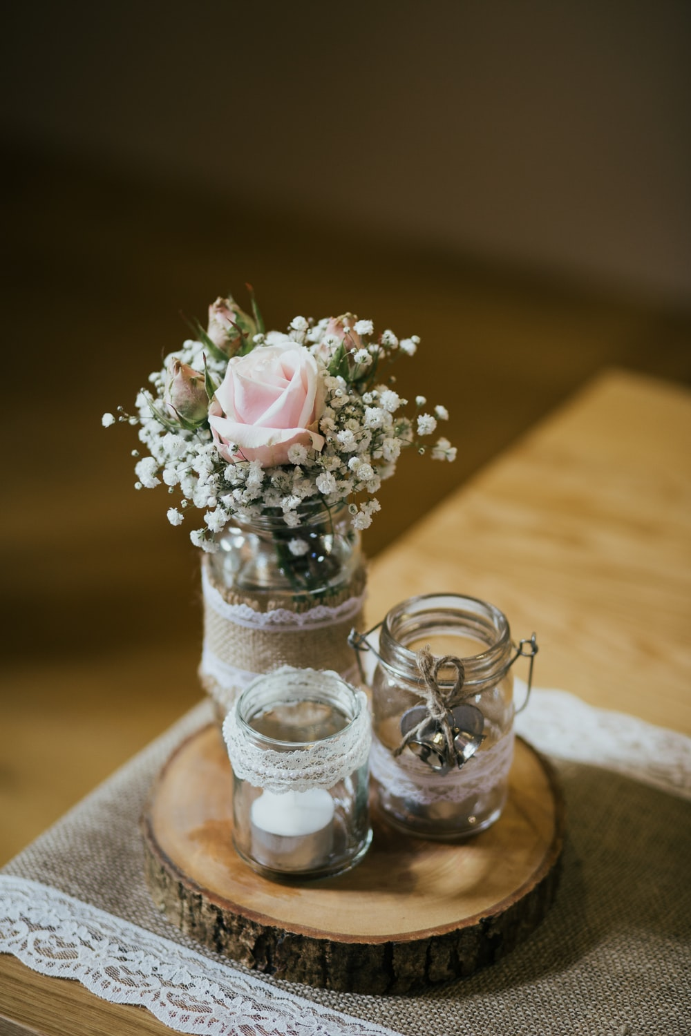 shallow focus photography of white and pink flowers in clear glass vase