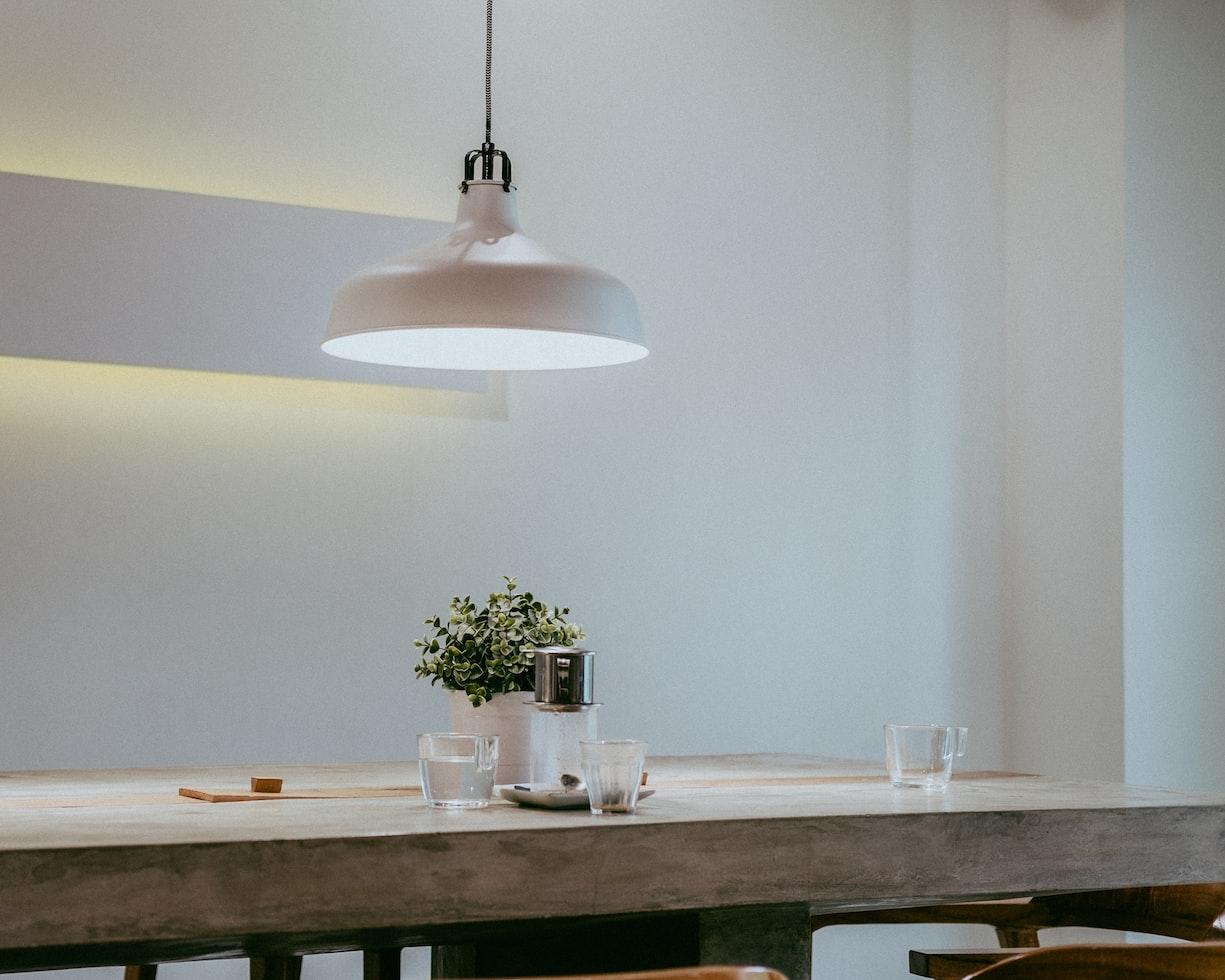 Minimalismus-Gewohnheiten: freie und aufgeräumte Oberfläche im der eigenen Wohnung