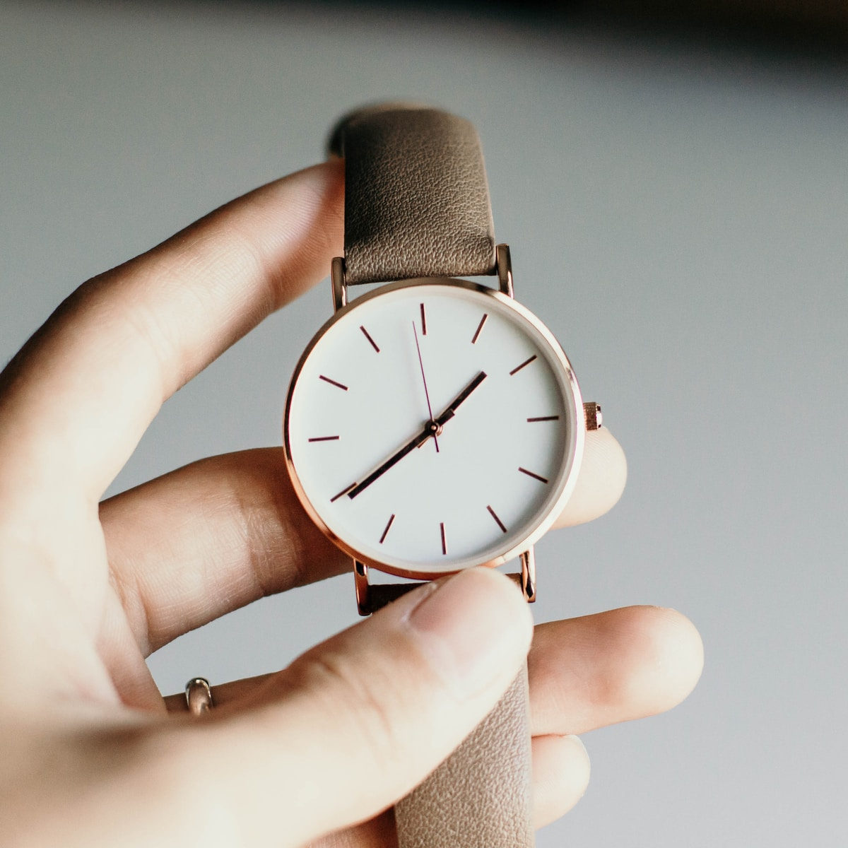 apofenia, person holding analog watch