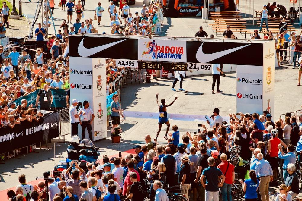 people watching Padova marathon during daytime