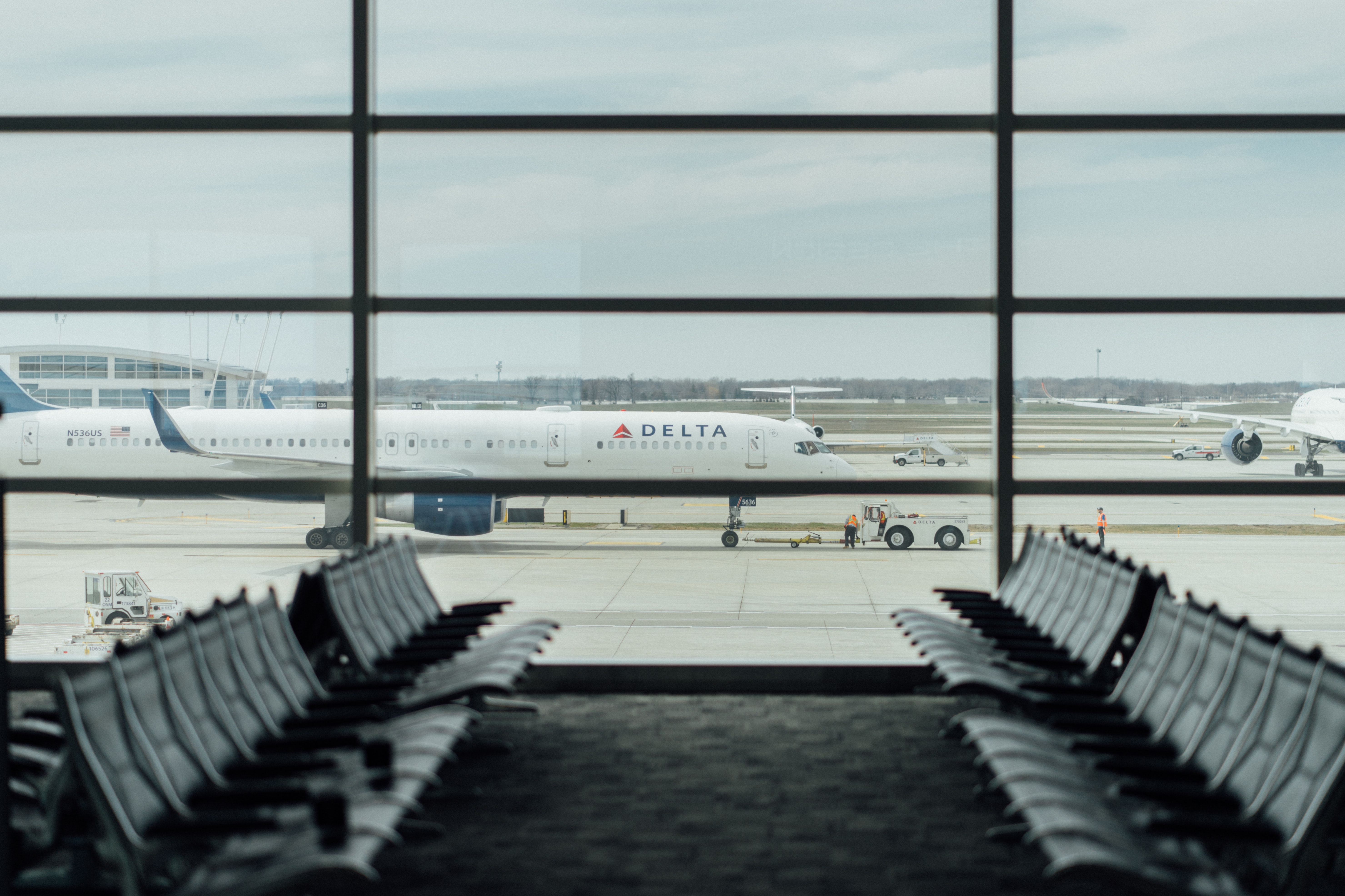blue and white Delta airplane