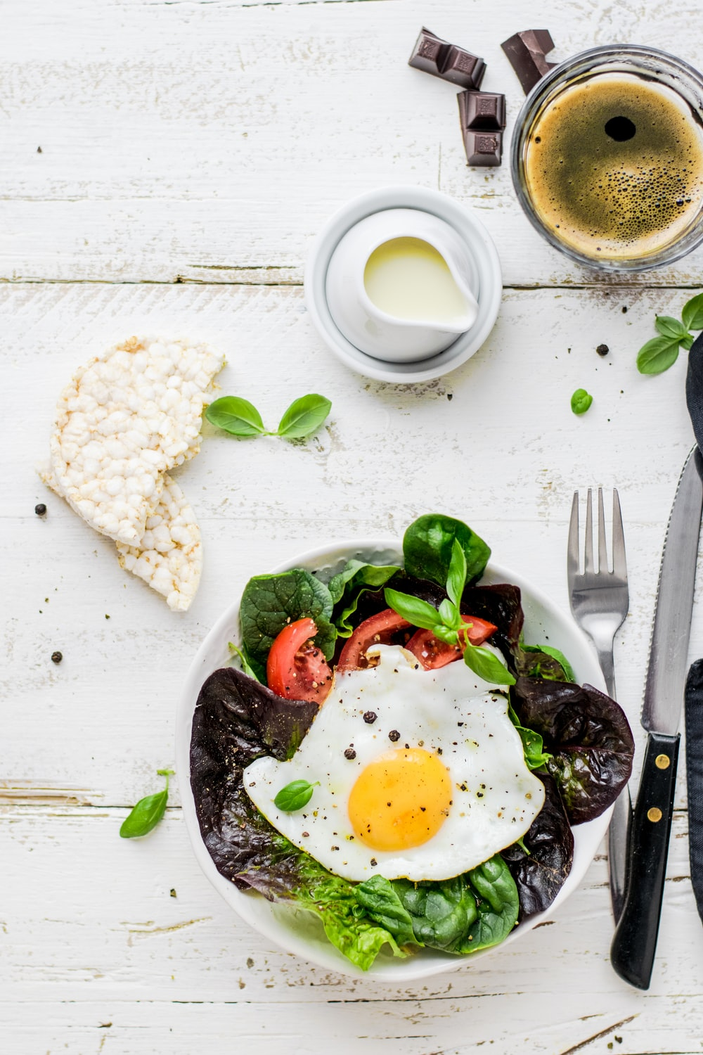 flat-lay photography of lettuce with fried egg and flatbread
