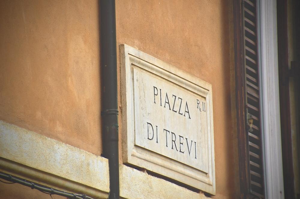 piazza di trevi signage