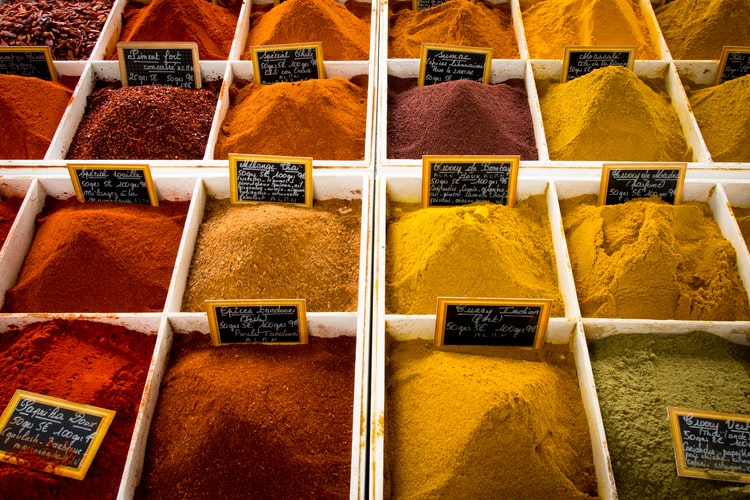 Does eating without spices help with diet success?