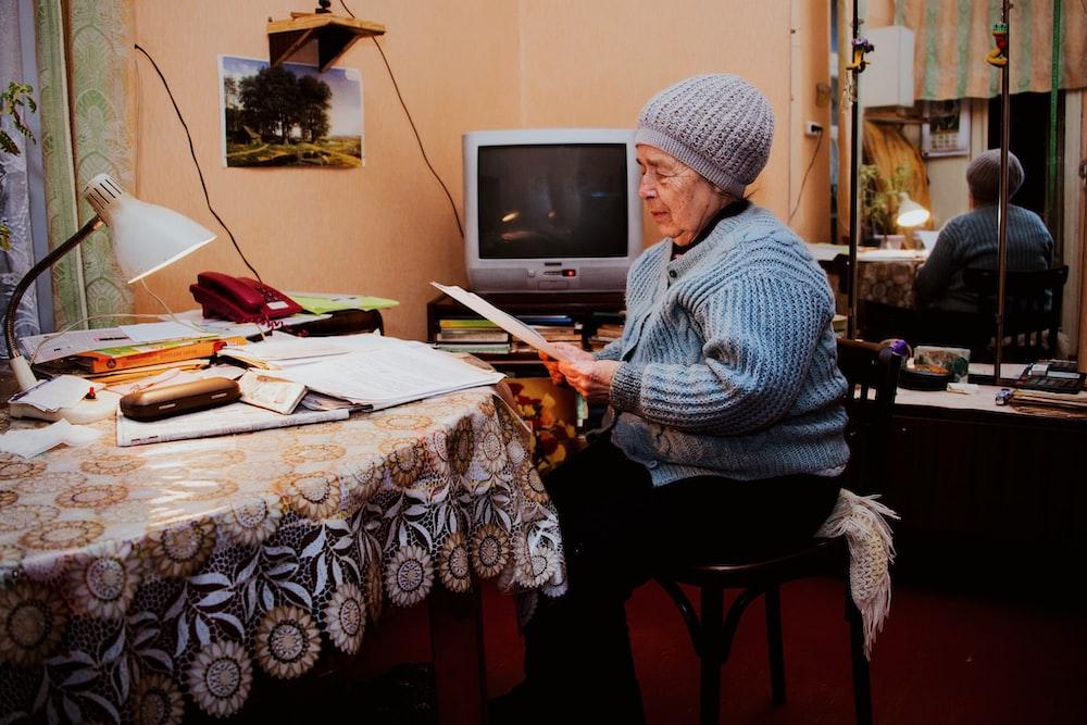 người phụ nữ đọc tạp chí
