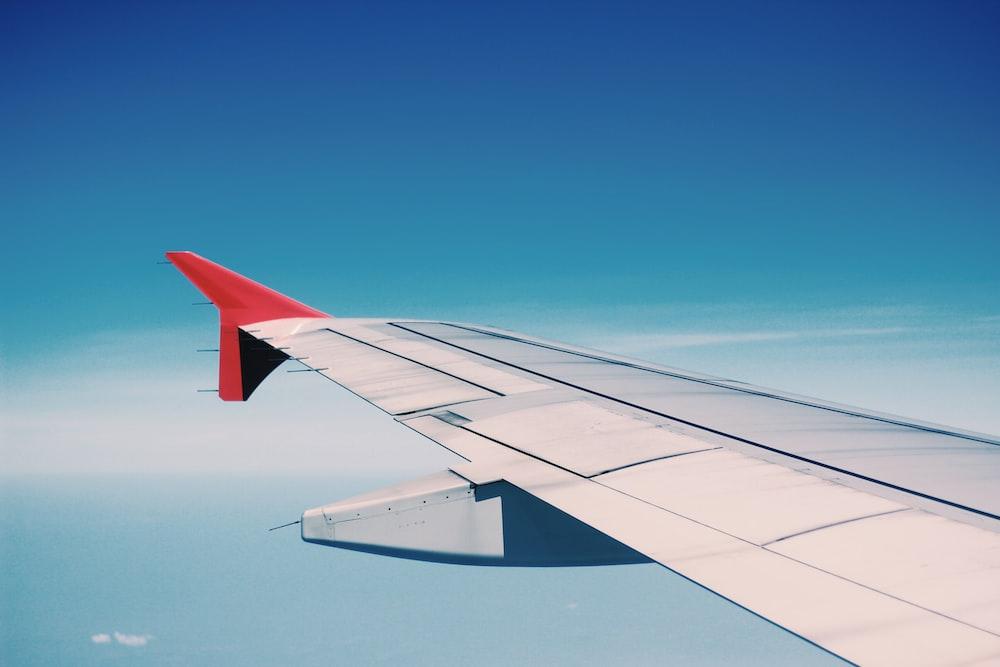 asa de avião branco e vermelho