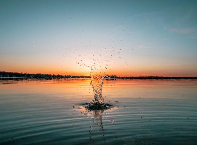 水に何かを捨てる瞬間