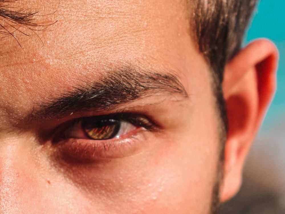 closeup photography of man's eye