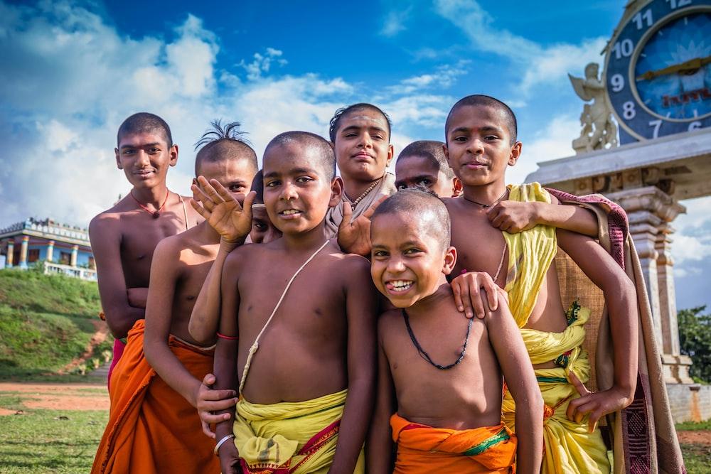 昼間にアーチの近くに立っているグループの子供たち