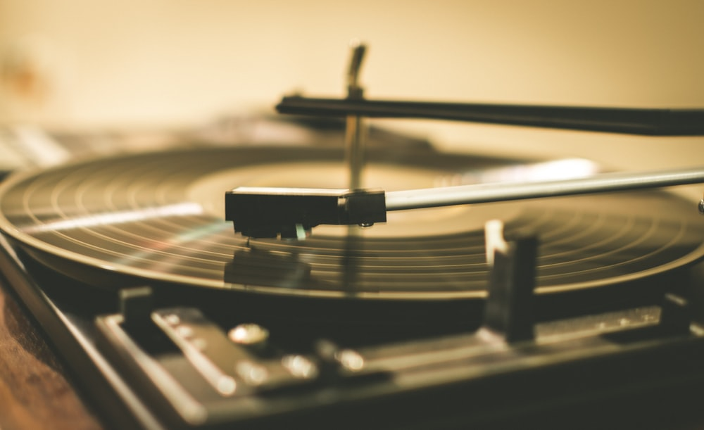 shallow focus photography of black vinyl player