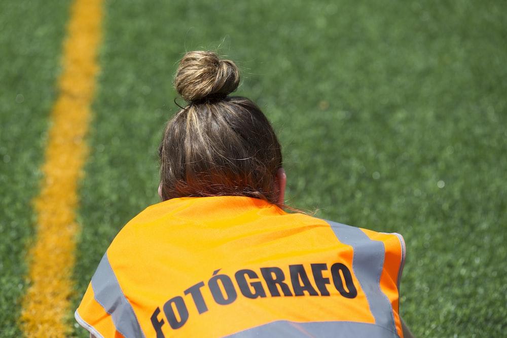 woman in orange Fotografo vest