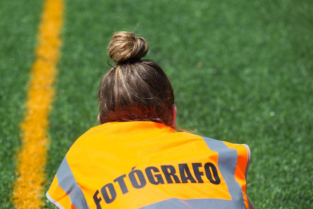 Durante un partido de rugby observé a esta chica tirada en el cesped tratando de captar una imagen desde esa perspectiva.