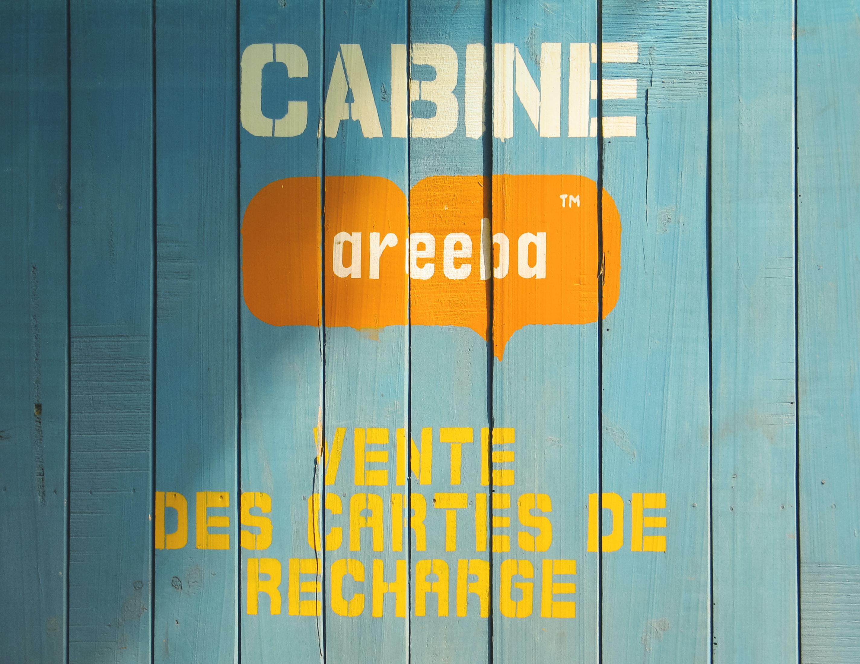 cabine areeba vente des cartes de recharge printed on wooden board