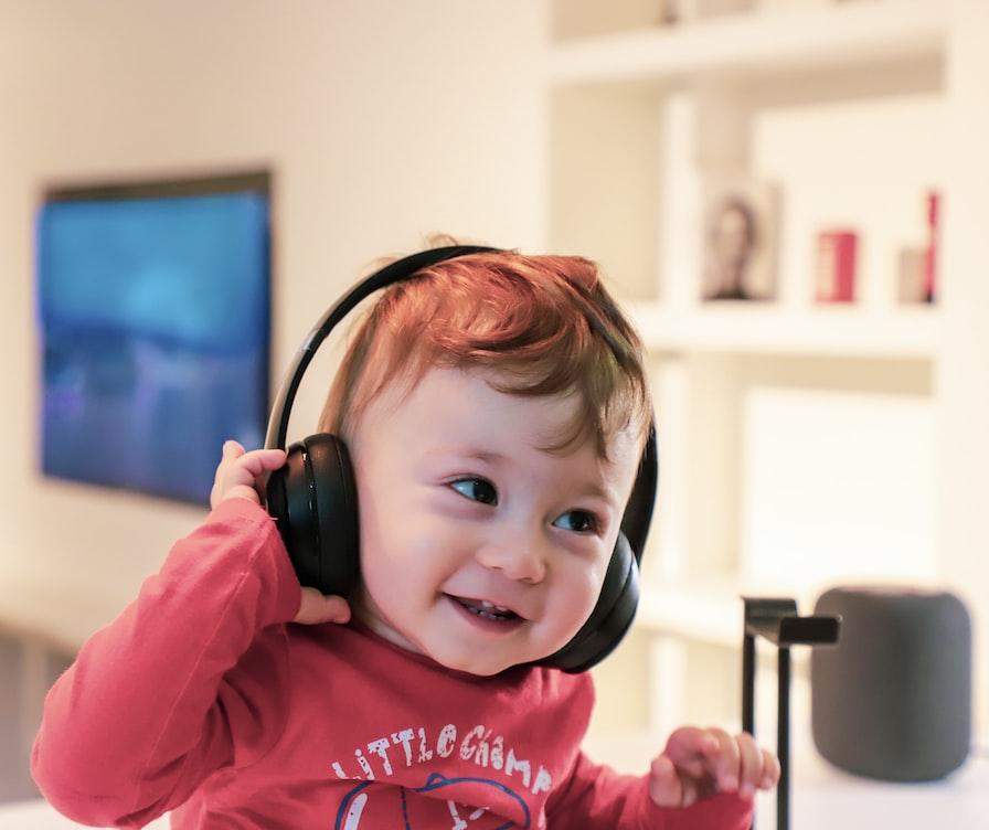 Bébé écoutant de la musique