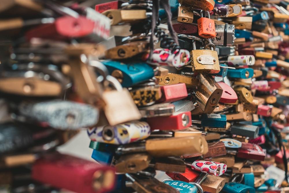 shallow focus photography of love lock
