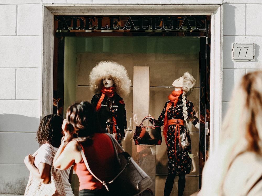 Adelealiman fashion displaying manikin