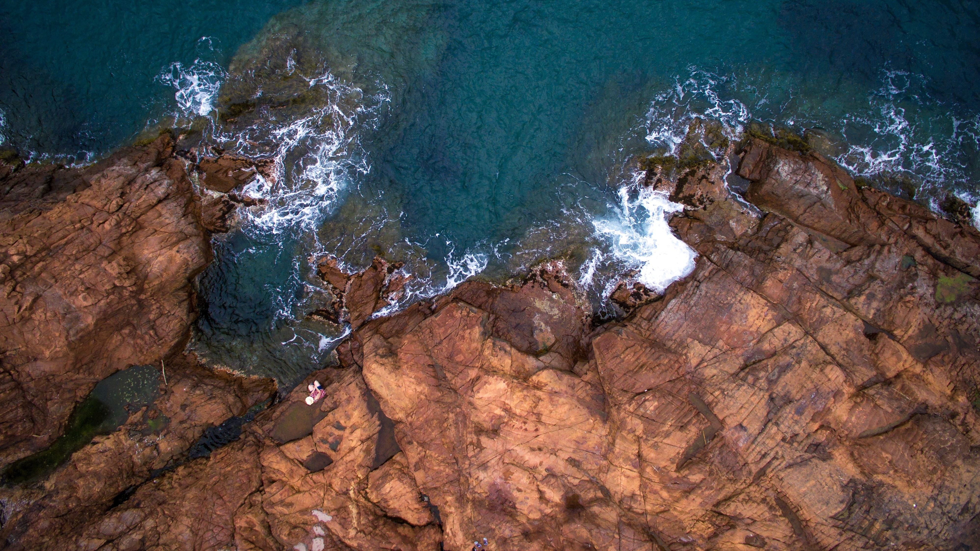 bird's eye-view photography of cliff and body of water