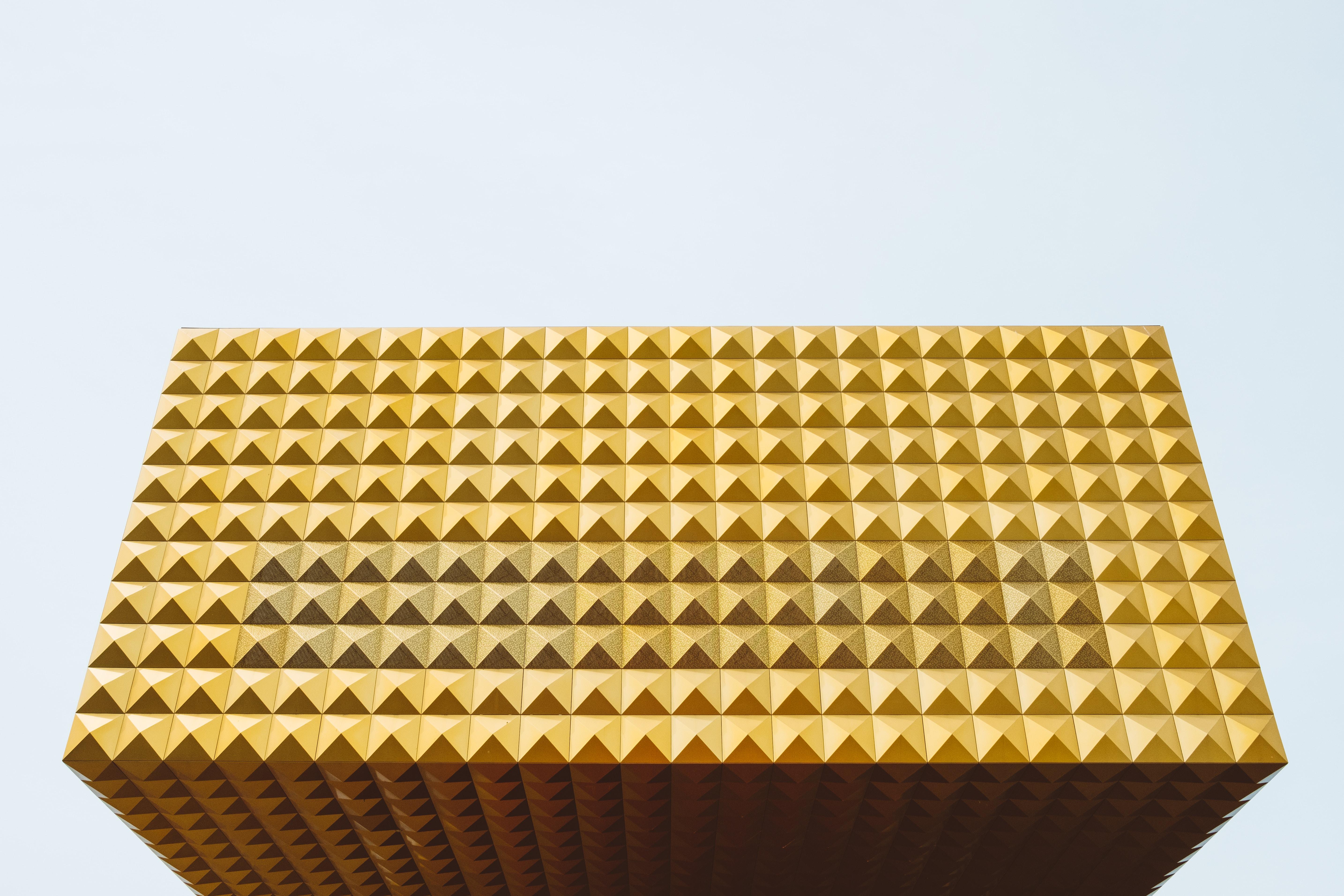 gold 3D eye illusion