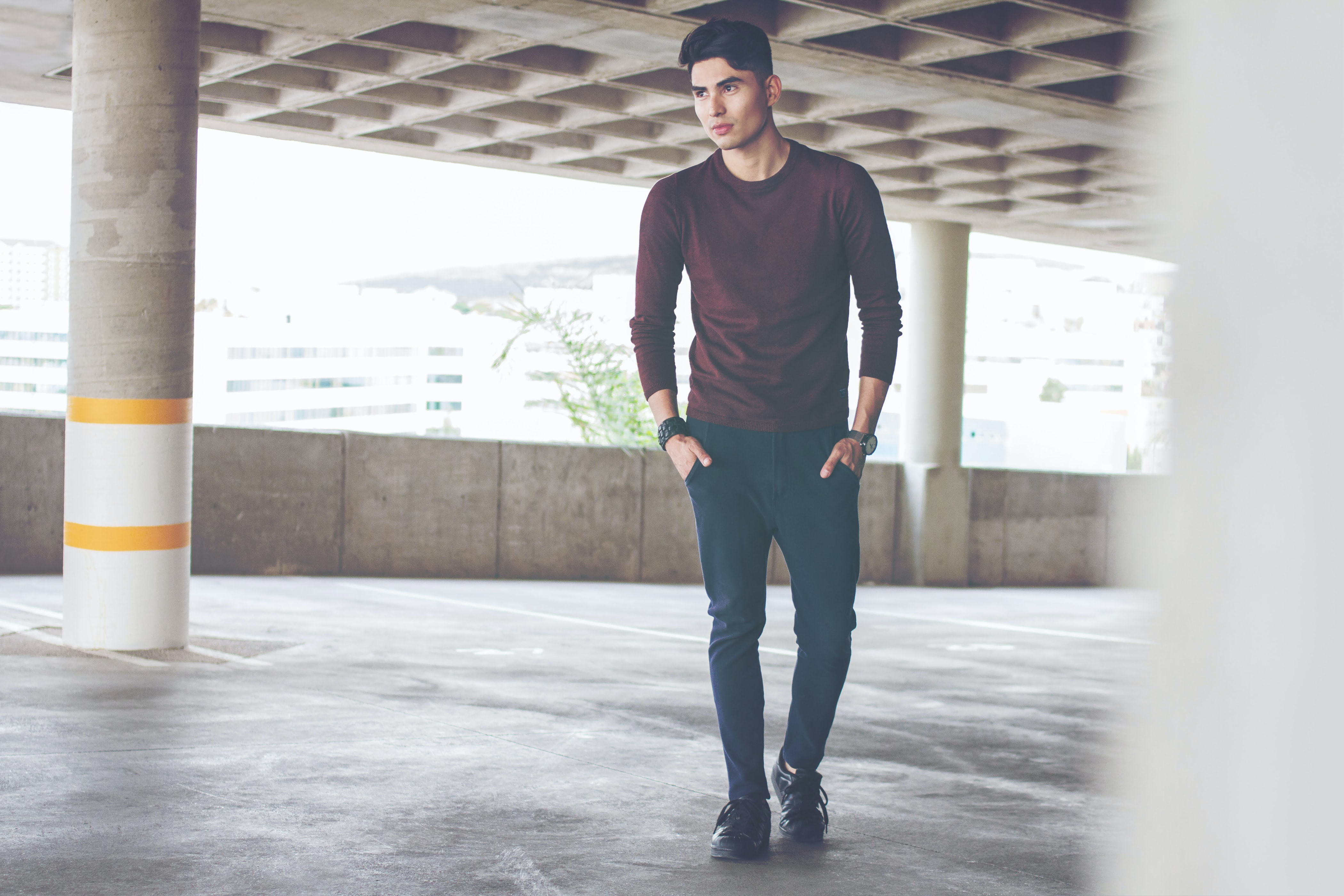 men's maroon crew-neck shirt and jeans