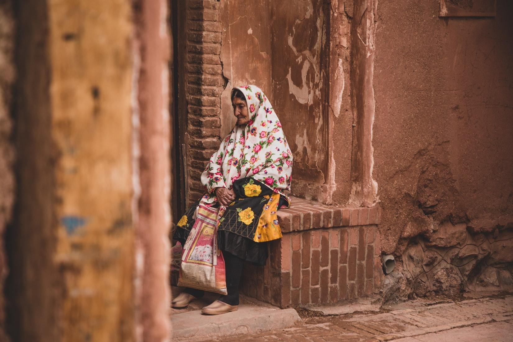 Mujer vestida con traje del lugar