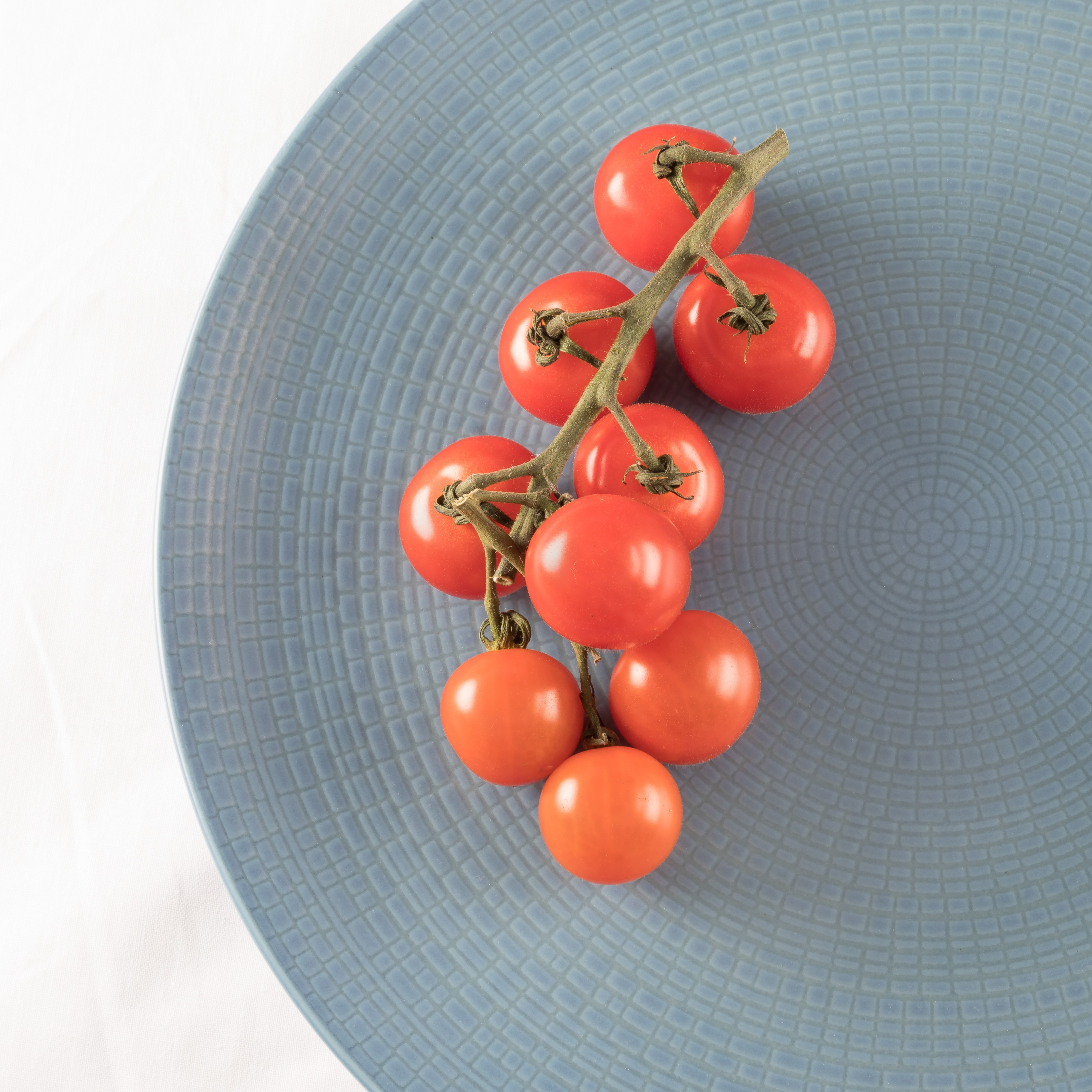 top view photography of tomatoes on plate