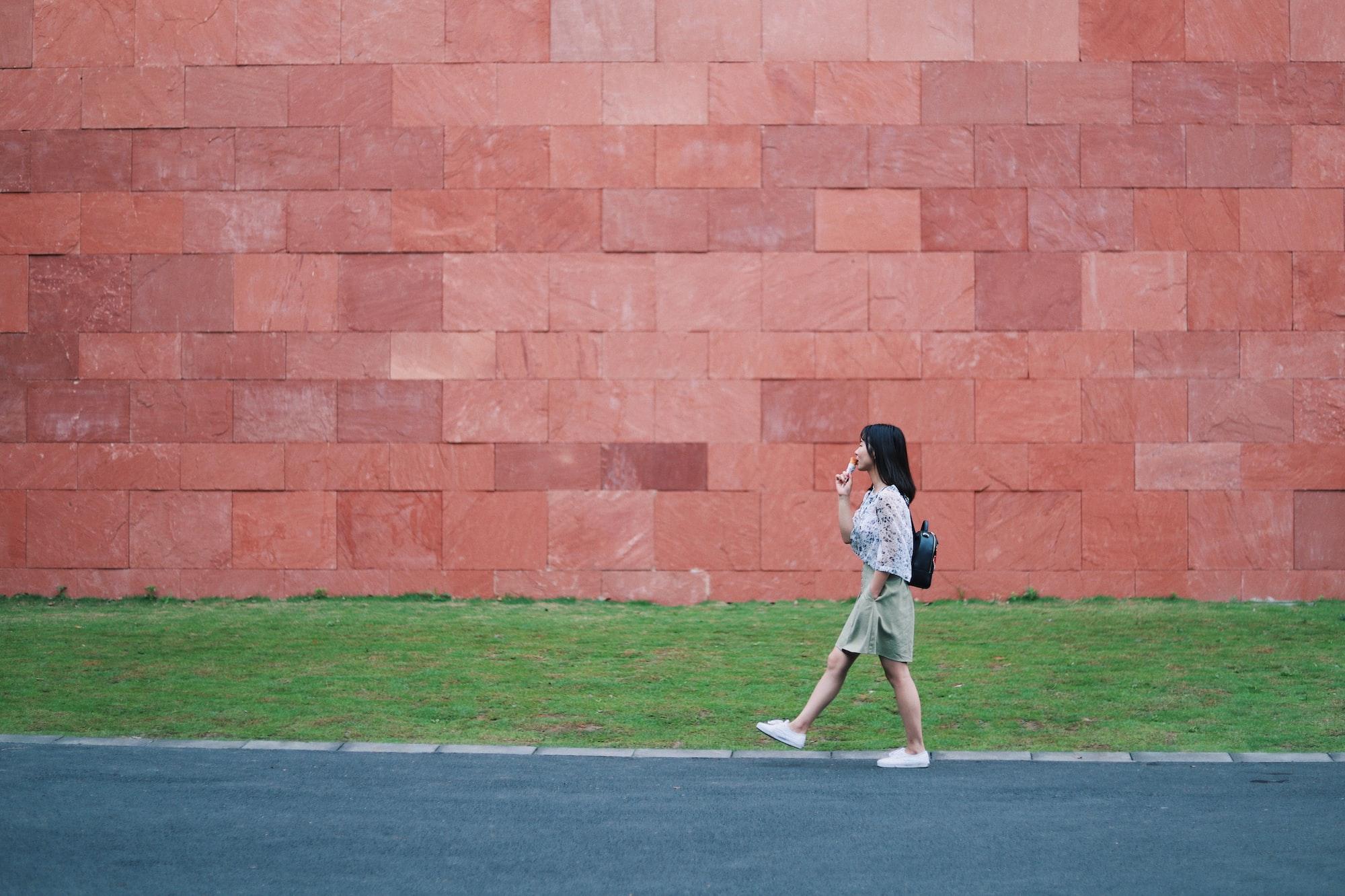Фотография девушки по время ходьбы