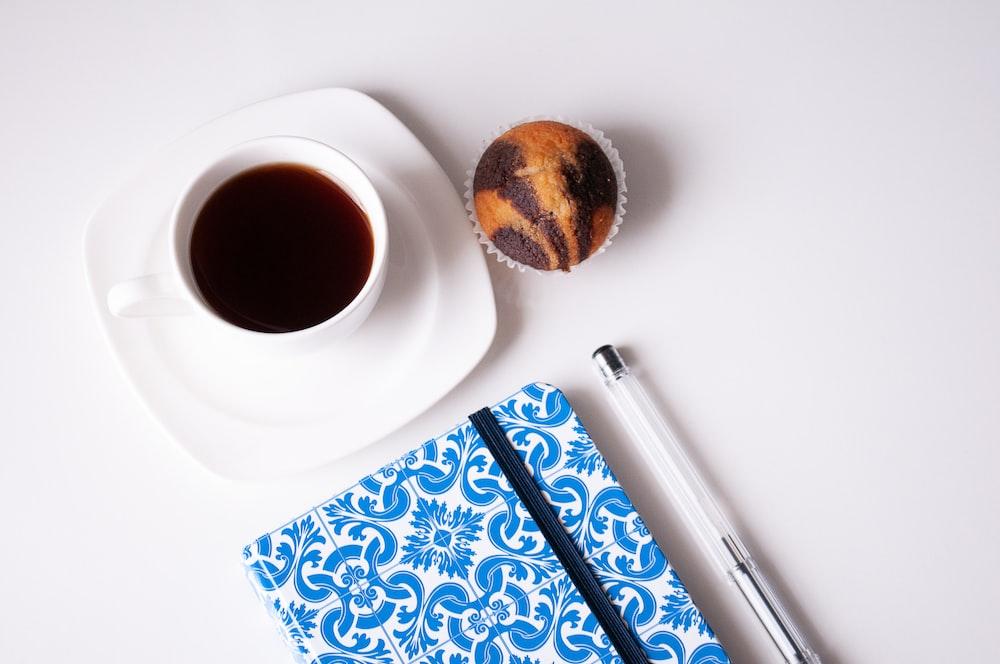 taza de cerámica blanca con café
