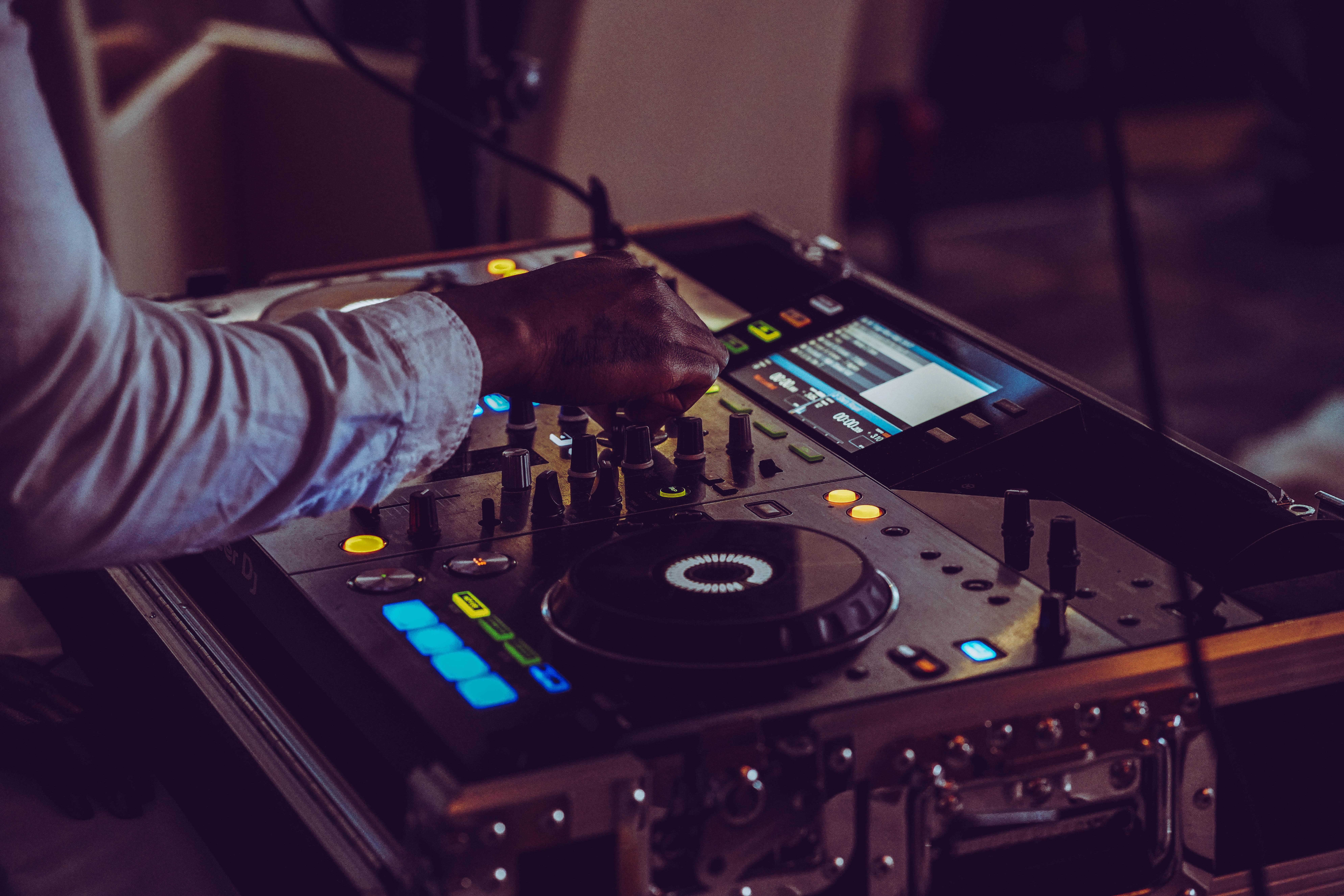 black and gray DJ turntable