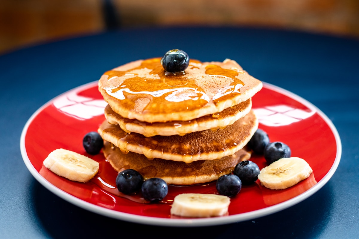 Hotcakes, piloncillo syrup and fruits