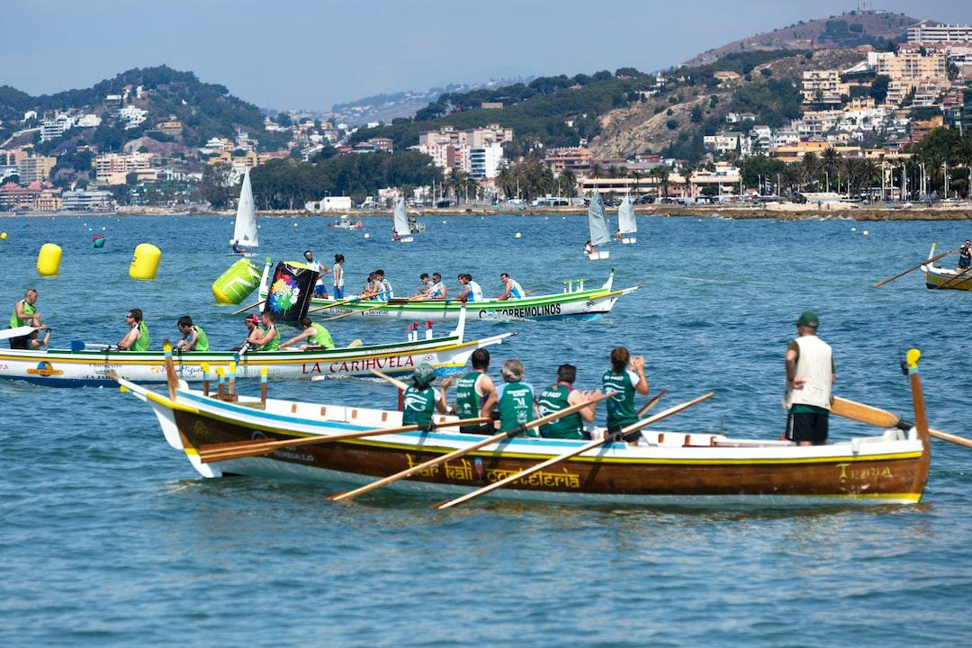 Primera Regata de Jábegas de la liga de este año 2018 que se celebró el pasada dia 2 de Junio de 2018  en las aguas que circundan el Puerto Deportivo de El Candado de Málaga.  En el exterior del campo de regatas  practicaban la navegación a vela los niños y niñas de la escuela de El Candado.