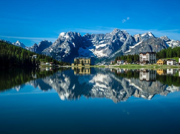 In Trentino Alto Adige le vette, costruite magnificamente da madre natura, sono le protagoniste principali. Tra la ricca vegetazione incontaminata, tra un bosco e un lago, svetta la formazione massiccia uniche delle Dolomiti