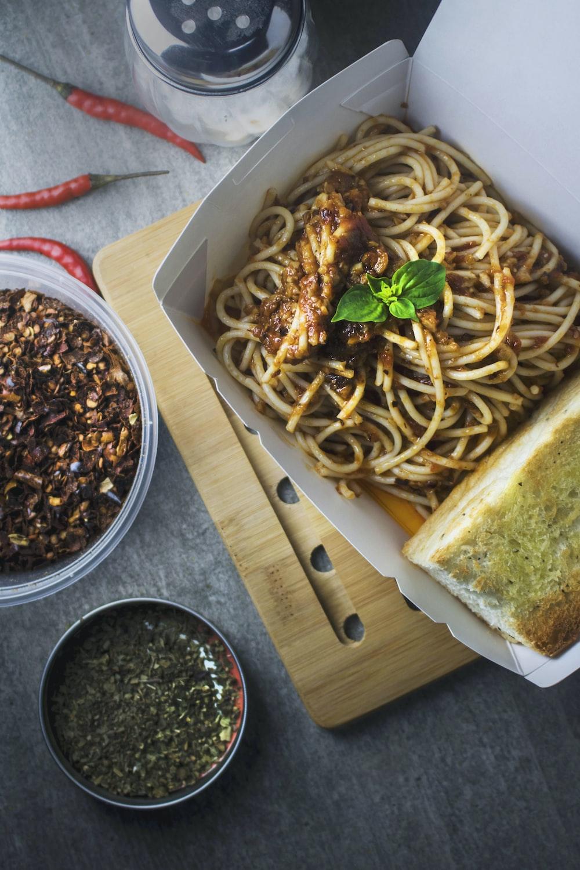 spaghetti with bread