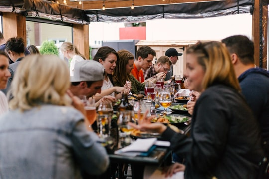 5 tips to save money dining out this spring