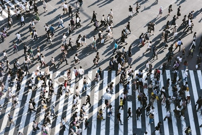 about 3000 people across the shibuya crossing at a time