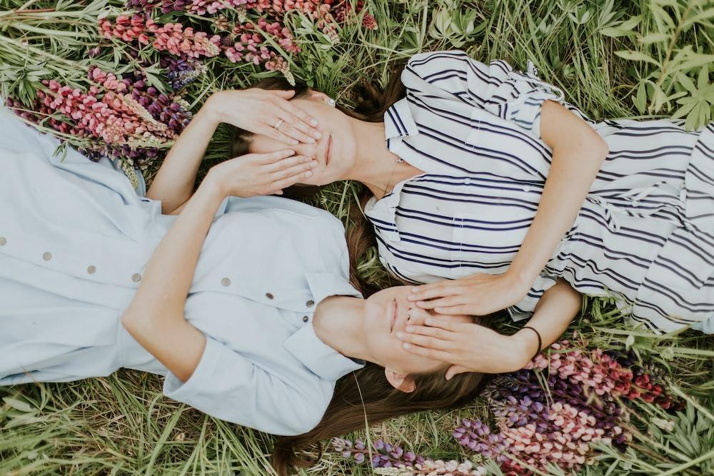hai cô gái nằm trên đồng