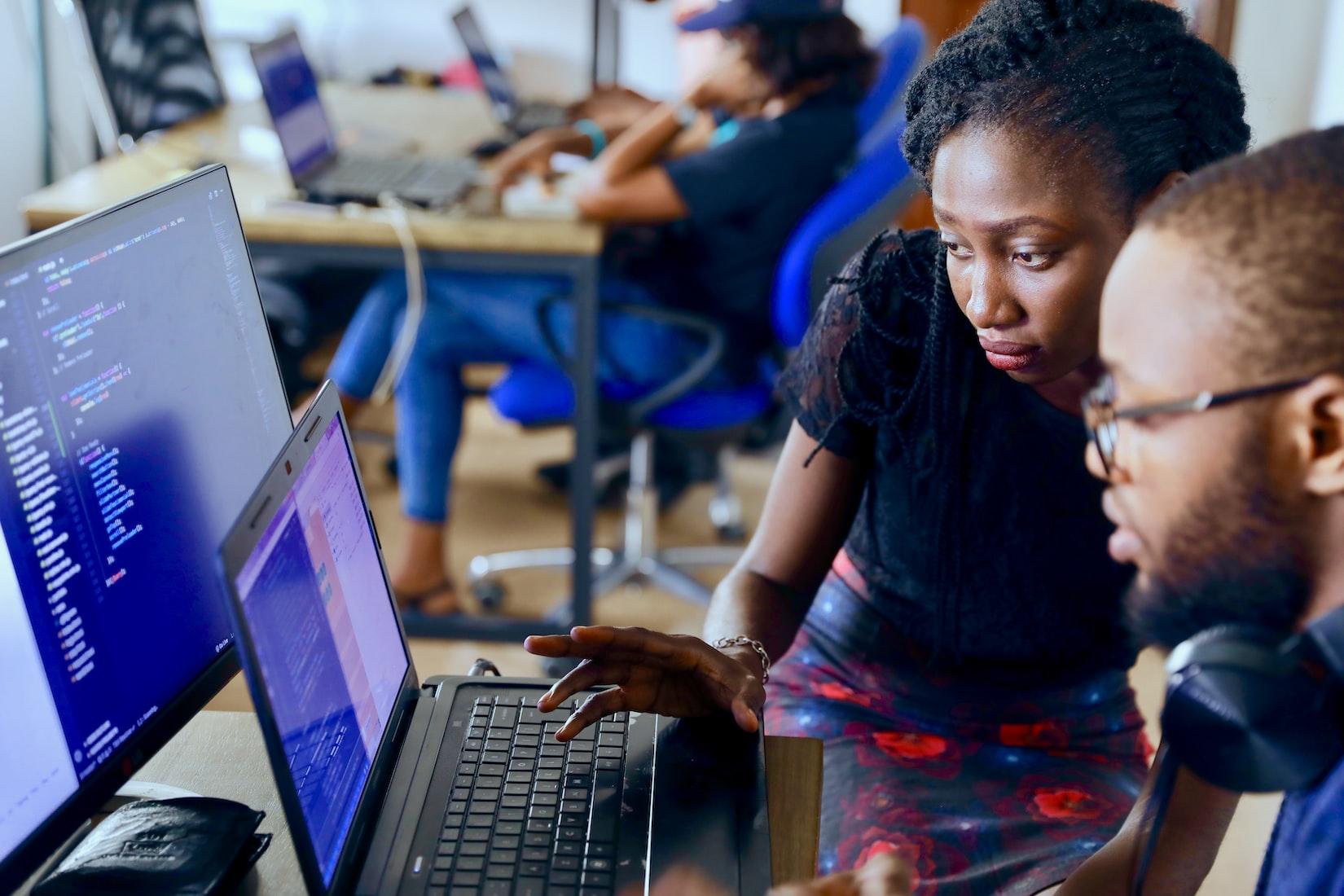 Deux personnes derrière un ordinateur