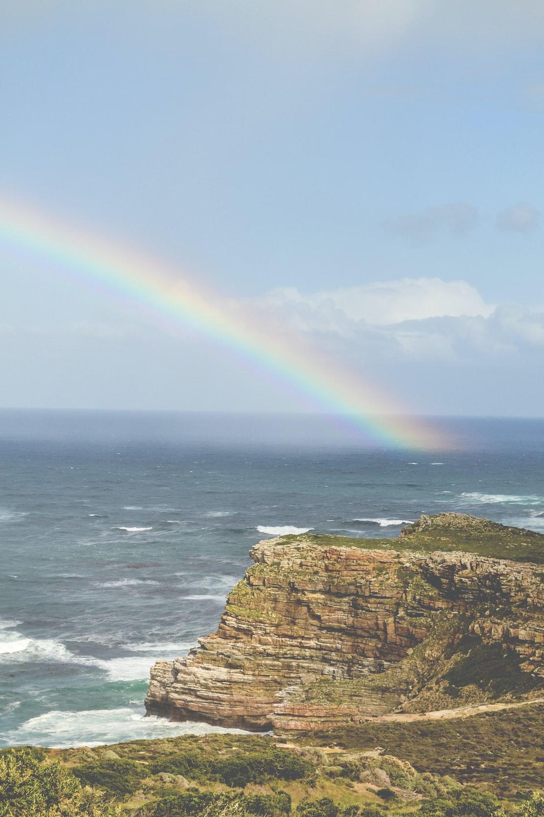 Estuve visitando Sudáfrica con mi familia. Esta foto es en el Cabo de la Buena Esperanza, me detuve a sacar fotos de las montañas y acantilados y de repente apareció el arco iris. Fue un espectáculo para toda la gente que estaba allí presente.