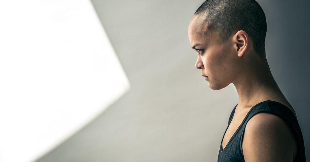Woman looking towards light triangle. Model: Seelenkind