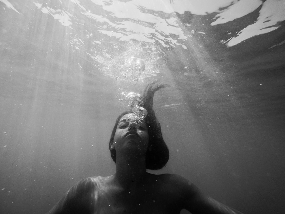 Breathing is a process that allows you to get oxygen and, at the same time, eliminate carbon dioxide through exhalation. Only under special conditions, such as underwater, this last process is visible to the naked eye.
