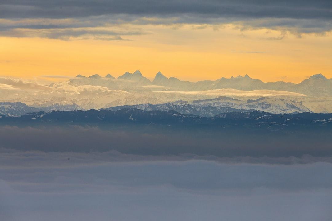 Sonnenaufgang über den Berner Alpen